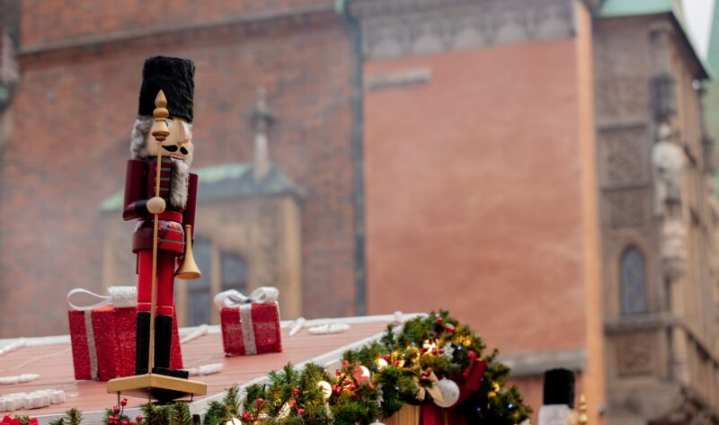7 Tips for Safe Outdoor Holiday Decorating